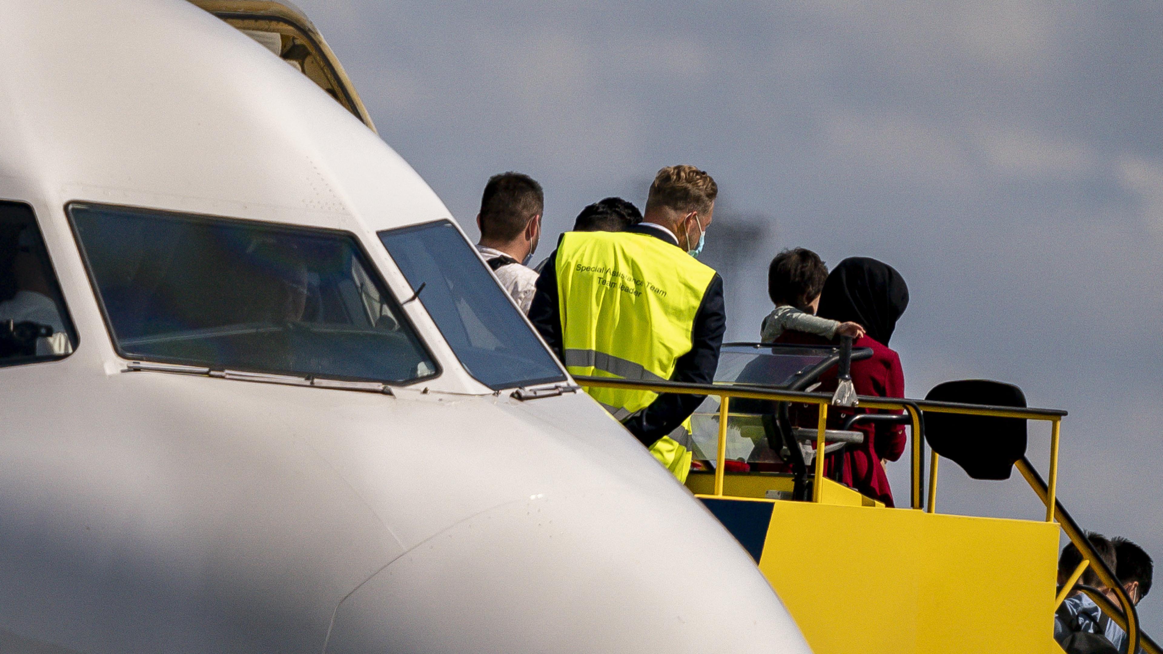Evakuierungsflug aus Afghanistan Passagiere steigen aus Flugzeug aus