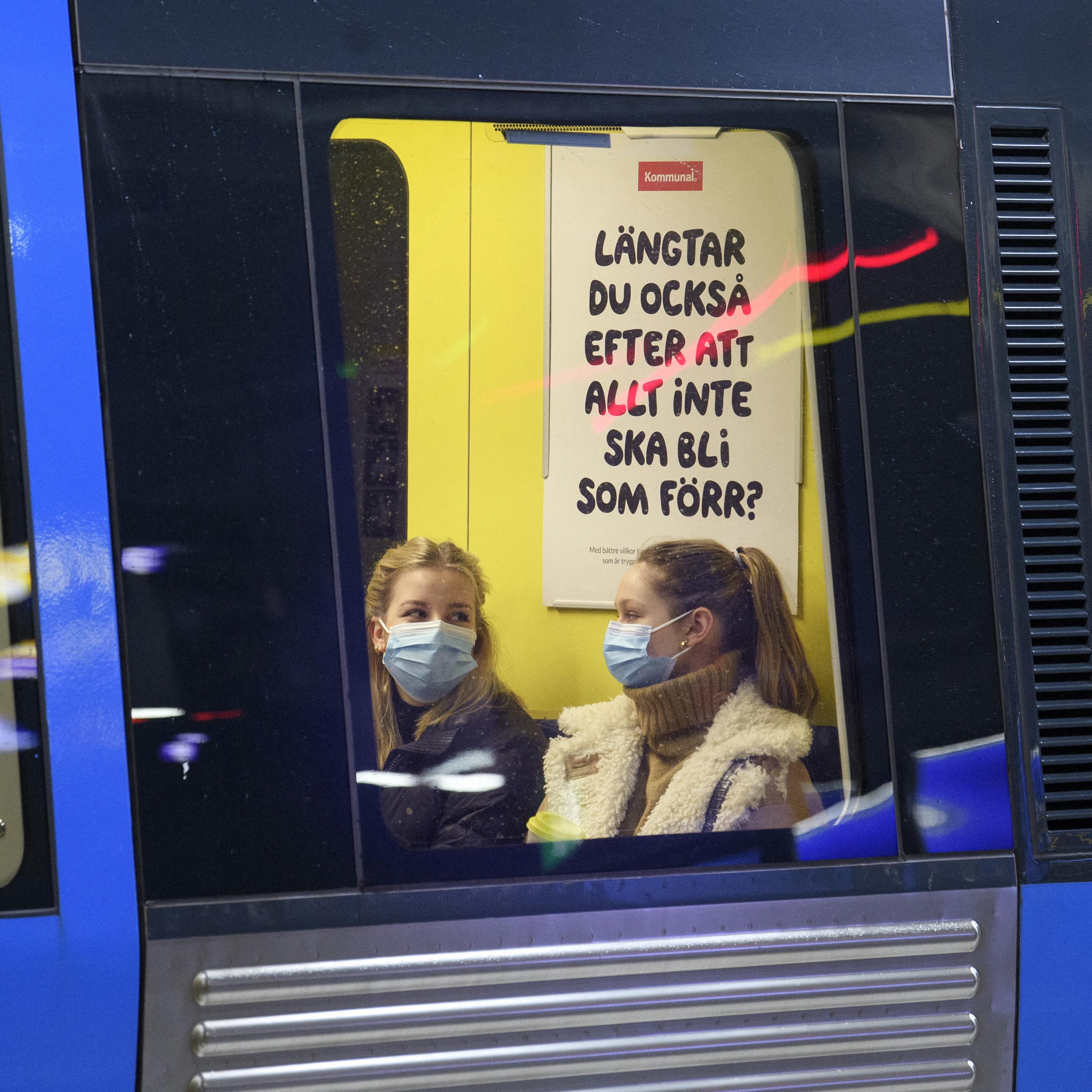 Zwei Frauen mit Mund-Nasen-Schutz in der U-Bahn